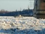 Вмерзший в лед катер из Чувашии додрейфовал до Татарстана