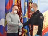 В МВД наградили чебоксарского водителя, который помог раненому коллеге